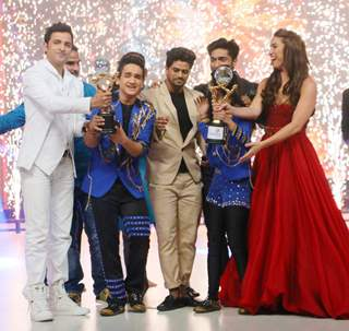 Faisal Khan Kisses His Trophy at Jhalak Dikhhla Jaa Reloaded Grand Finale