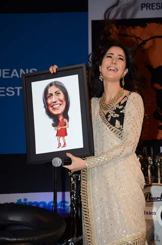 Katrina Displays her Photo Frame She got as a gift at Kala Ghoda Arts Festival 2016 Diaries!