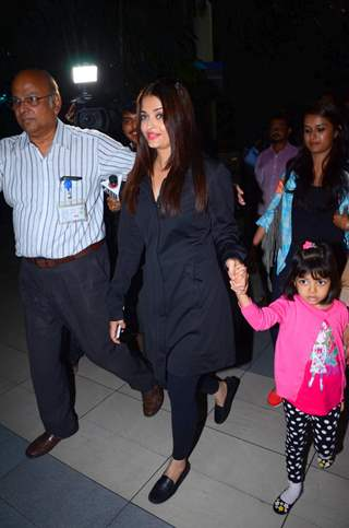 Aishwarya Rai Bachchan with Aaradhya Bachchan spotted at Airport!
