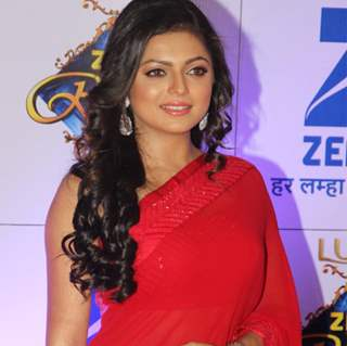 Drashti Dhami Sizzles in Red at Zee Rishtey Awards 2015