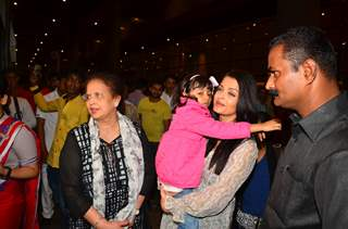 Aishwarya Rai Bachchan with Aaradhya Bachchan Snapped at Airport