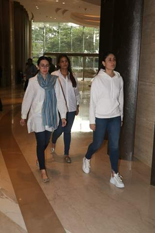 Karishma and Kareena Kapoor at Vikram Phadnis mother's prayer meet