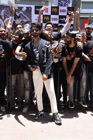 Shahid Kapoor snapped with the fans at the promotions of Kabir Singh