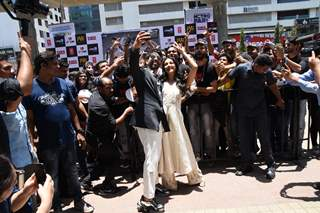 Shahid Kapoor selfie moment with Kiara Advani snapped with the fans at the promotions of Kabir Singh