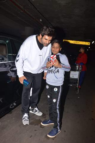 Kartik Aaryan spotted around the town with a fan!