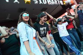 Parineeti Chopra shakes a leg with her fans at the promotions of Jabariya Jodi
