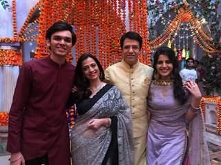 Gunjan (Simran Pareenja) with her brother and family