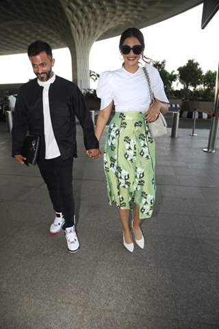 Sonam Kapoor with hubby Anand Ahuja at the airport