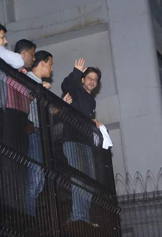 Shah Rukh Khan meets his fans on his birthday!