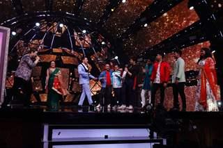 Kumar sanu with neha, Aditya, Vishal Dadlani and Himesh Reshammiya and the contestants of Indian idol