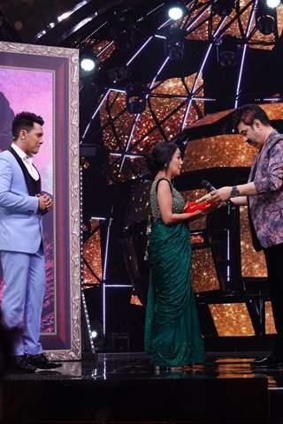 Kumar Sanu gifting Chunri to Neha on Indian Idol 11