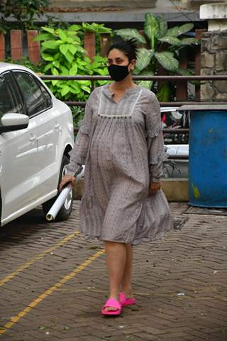 Mommy-to-be Kareena Kapoor Khan snapped at Bandra!