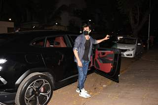 Kartik Aaryan snapped at Juhu with his brand new car!