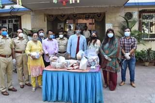 Vivek Oberoi distributes ration to needy at Juhu police station