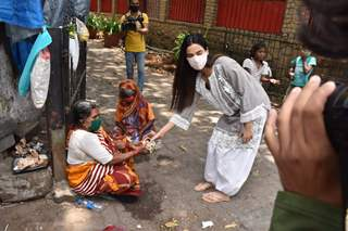 Sonal Chauhan spotted distributing food amongst the needy outside Shani temple in Juhu