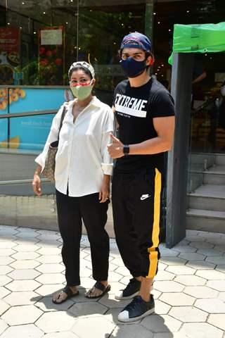 Gurmeet Chaudhary snapped with wife Debina Bannerjee Choudhary in Santacruz