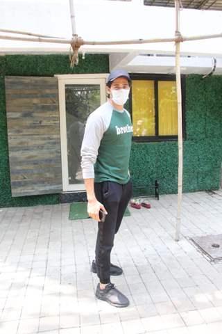 Sidharth Malhotra spotted outside a dental clinic in Andheri, Lokhandwala