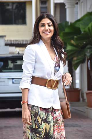 Birthday girl Shilpa Shetty snapped with her husband Raj Kundra outside their residence!