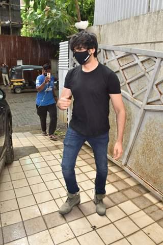 Kartik Aaryan snapped at Rohit Dhawan's office in Juhu