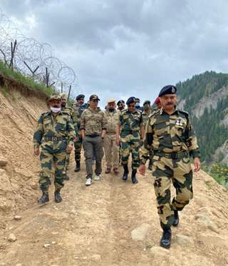 Akshay Kumar meets BSF jawans at Tulail Valley, Kashmir and pays homage to the fallen braves