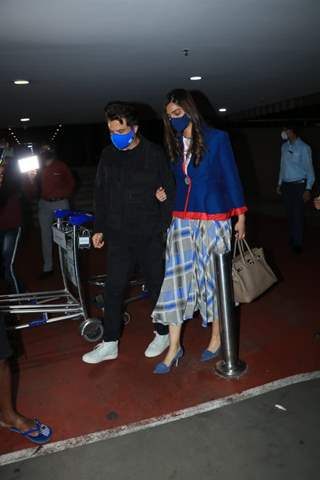 Sonam Kapoor returns back to Mumbai, father Anil Kapoor arrives at airport