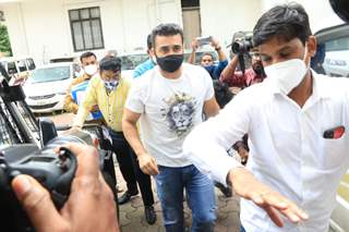 Just In: Raj Kundra snapped at Byculla Police Station...