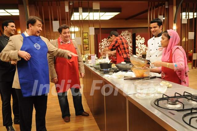Rishi and Randhir Kapoor guiding contestant on tv show Master Chef India