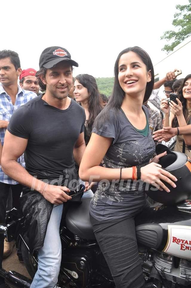 Katrina ride bike with Hrithik to promote their film ...