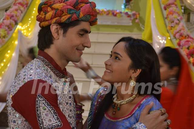 Still image of Mohan and Kastur from tvshow Dharampatni