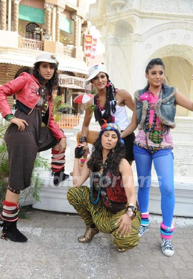 Additi Gupta, Sangeeta Ghosh, Mukti Mohan and Kritika Kamra during the video shoot of Zara Nachke Di