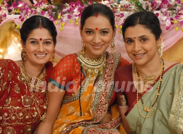 Resham, Pallavi and Supriya as Rasili, Ketki and Manda in Basera