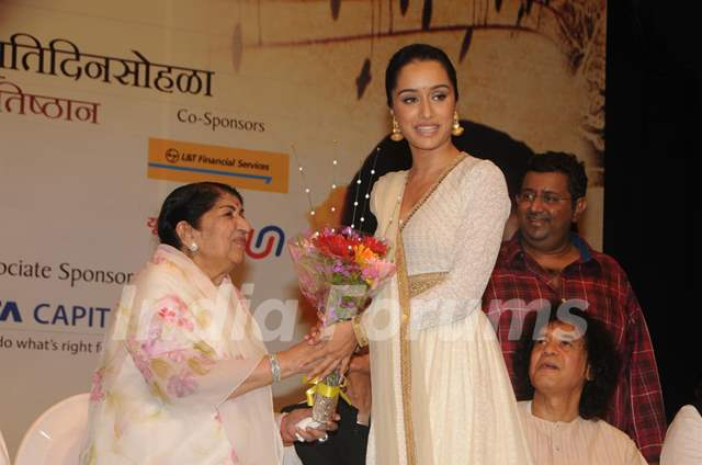 Lata Mangeshkar felicitates Shraddha Kapoor at the 72nd Master Deenanath Mangeshkar Awards