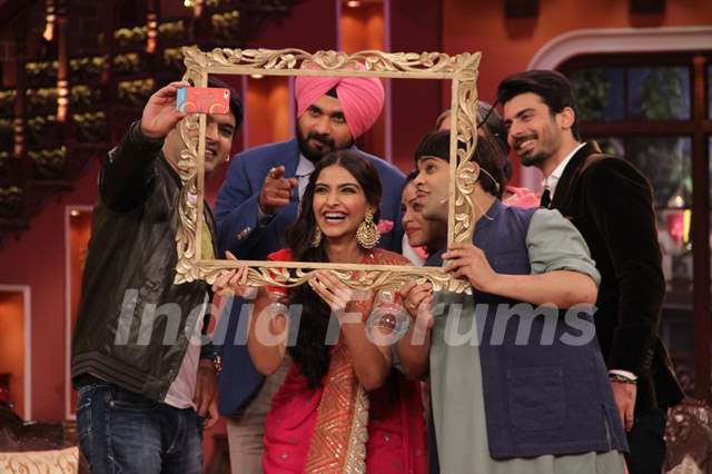 Kapil clicks a selfie with the cast of Khoobsurat and Comedy Nights with Kapil