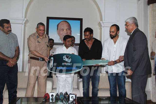 Ajay Devgn and Rohit Shetty gifting Mumbai Police Tata Cars