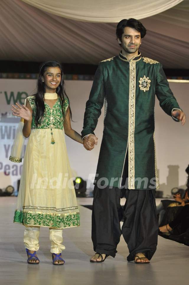 Barun Sobti walks the ramp with a small girl at Wellingkar's 26/11 Tribute