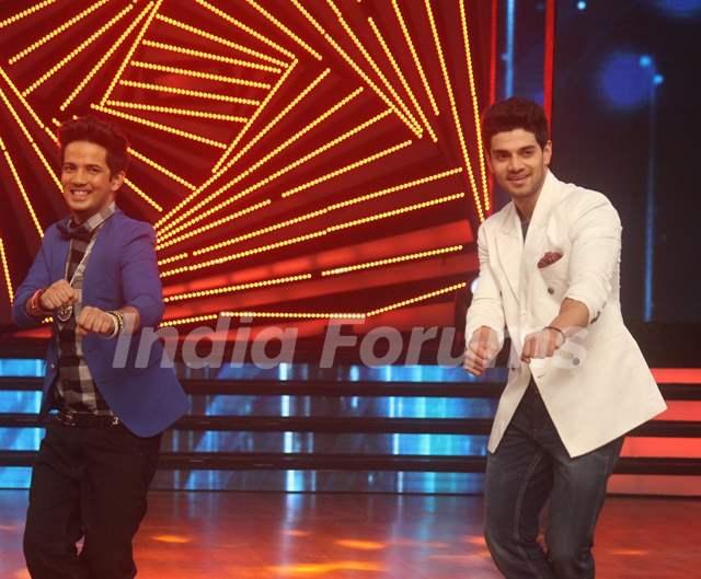 Sooraj Pancholi Dances with Mudassar Khan During Promotions of Hero on Dance India Dance Season 5