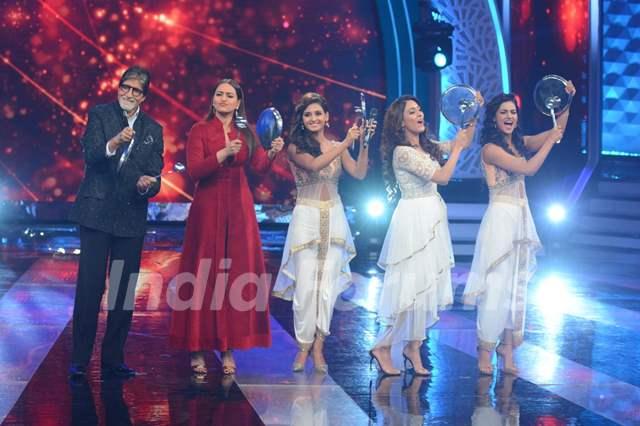 Sonakshi Sinha and Mohan Sisters on Aaj Ki Raat Hai Zindagi Show