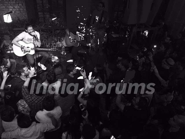 Farhan Akhtar surrounded by fans during his gig at Todi Mill Social Offline, Mumbai