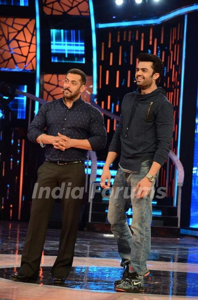 Manish Paul and Salman Promoting 'Tere Bin Laden : Dead or Alive' on the sets of Bigg Boss 9