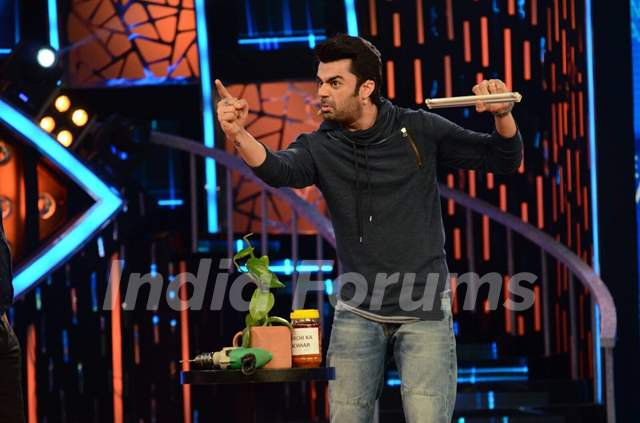 Manish Paul Promotes 'Tere Bin Laden : Dead or Alive' on the sets of Bigg Boss 9