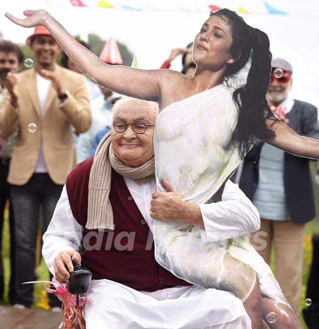 Rishi Kapoor will be seen partying with his kapoor family and a cut out of former actor Mandakini