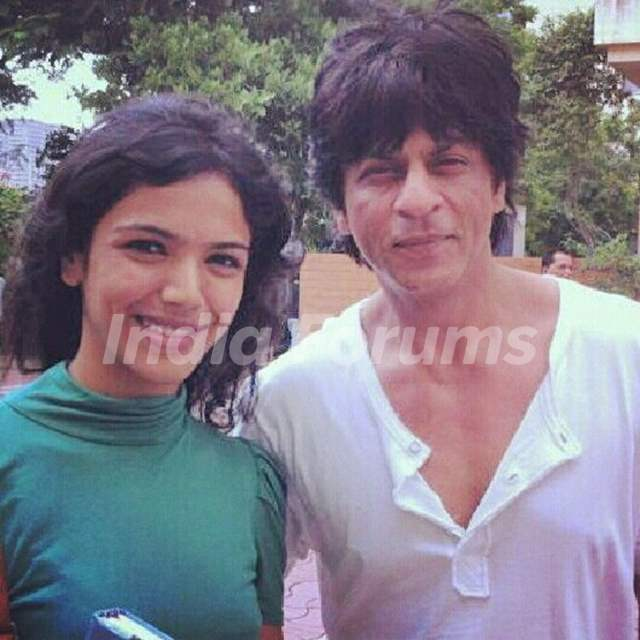 Shriya Pilgaonkar with Shah Rukh Khan on Fan Set