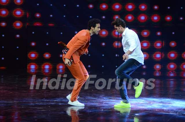 Raghav Juyal and Hrithik Roshan Promotes 'Mohenjo Daro' on sets of Dance plus 2