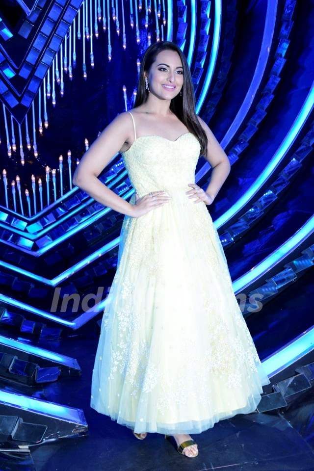 Sonakshi Sinha on the sets of Nach Baliye Season 8