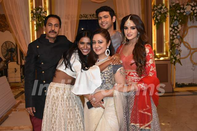 Family picture in Setu and Rohit's enegagement in Dil Hi Toh Hai