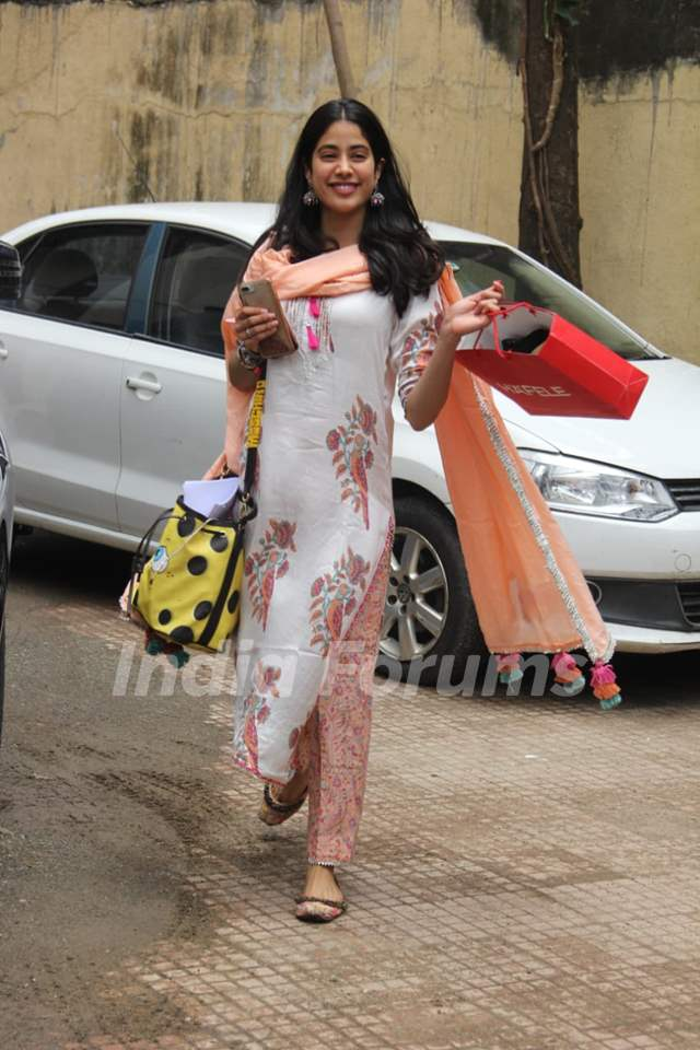 Janhvi Kapoor spotted around the town!