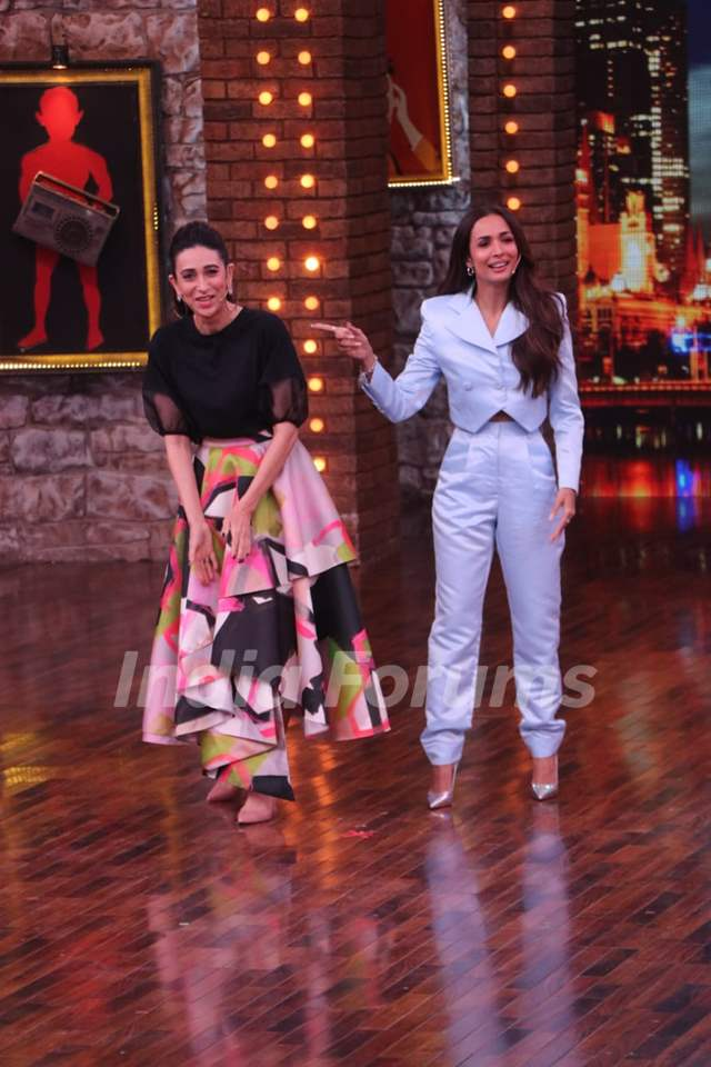 Karisma Kapoor and Malaika Arora on the sets of Movie Masti with Maniesh Paul
