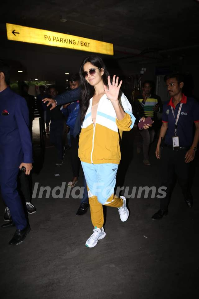 Katrina Kaif wave-off paparazzi at Mumbai Airport!