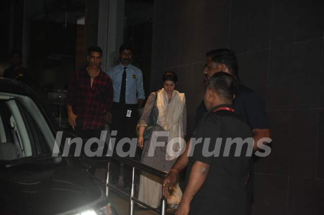 Akshay Kumar and Twinkle Khanna papped outside a hospital