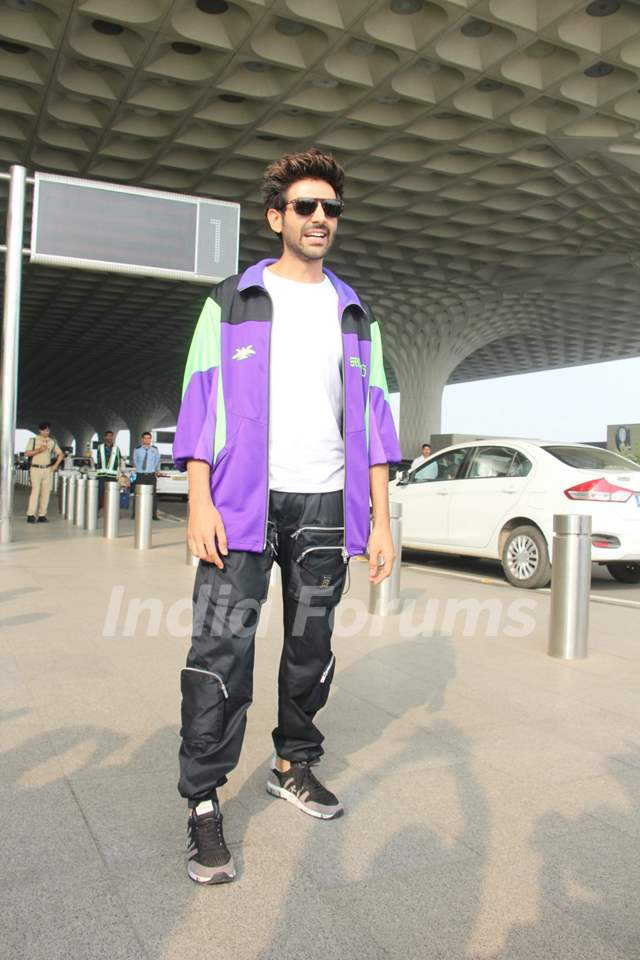 Kartik Aaryan papped at the airport
